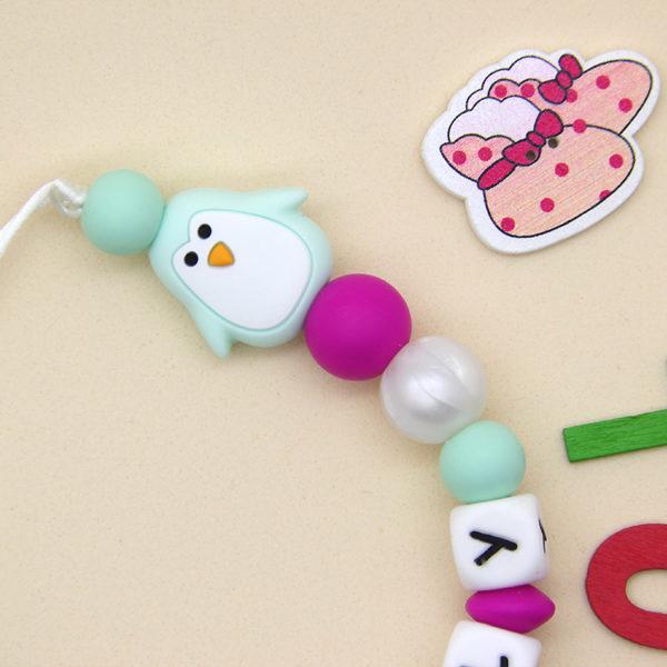 Chupetero personalizado La Perla y el Pingüino de cerca