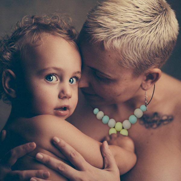 Bebé y mamá con collar de lactancia de silicona