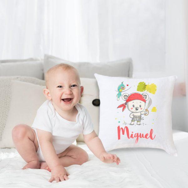 Cojín Pirata - Personalizado con nombre en una cama