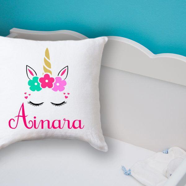 Cojín Unicornio - Personalizado con Nombre en una cama