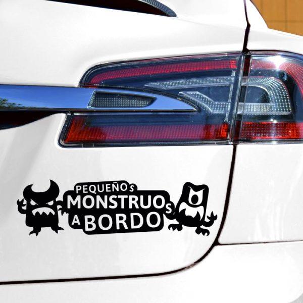 Pegatina Bebé a Bordo - Pequeños Monstruitos - en coche con vinilo negro