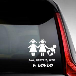 """Pegatina de Vinilo  """"Bebé a bordo – Dos hermanas con un hermano"""""""