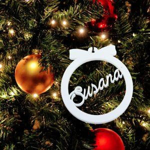 Bola blanca navidad con nombre troquelado de metacrilato 7.5x8cm