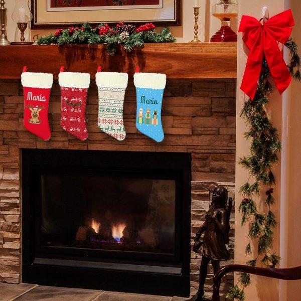 Calcetines de navidad colgados en la chimenea