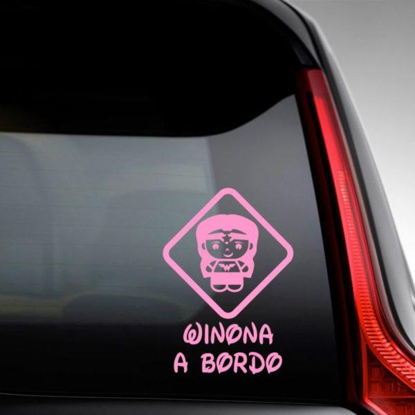 "Pegatina personalizada ""Bebé a bordo - Super Increíble"" en la luna del coche"